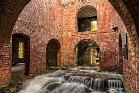 ストリームと滝がそこを通って腐食古城の中の合成写真。
