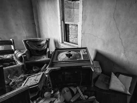 De binnenkant van een verlaten huis. Dit huis is verlaten voor jaren en toont de tekenen van vandalisme en verval.