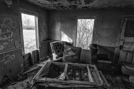 El interior de una casa abandonada. Esta casa ha sido abandonado por años y está mostrando los signos de vandalismo y deteration. Foto de archivo