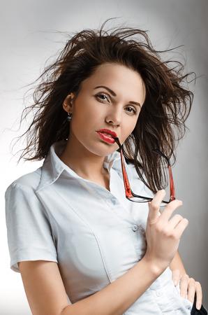 dictatorial: Donna di affari sexy con gli occhiali in camicia bianca