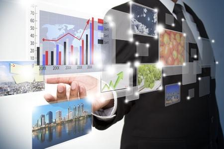 innovacion: empresario de empujar una interfaz de pantalla t�ctil Foto de archivo