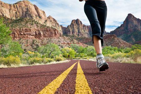 山岳道路を走っている女性。