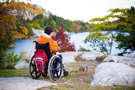 persona en silla de ruedas: Un hombre con discapacidad disfrutar de la vista.