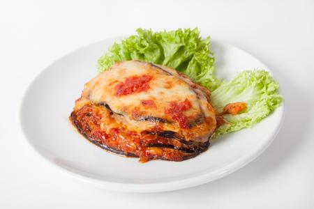 aubergines au four, parmigiana avec du fromage et de la laitue