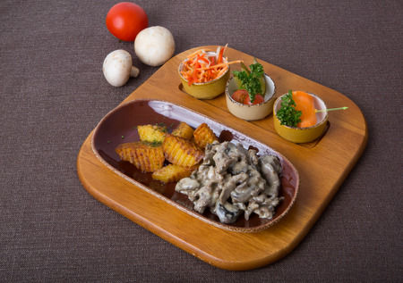 beef stroganoff: Beef stroganoff with fried potato and vegetable snacks