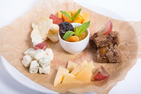 frutas secas: Diferentes tipos de queso servido con frutas secas