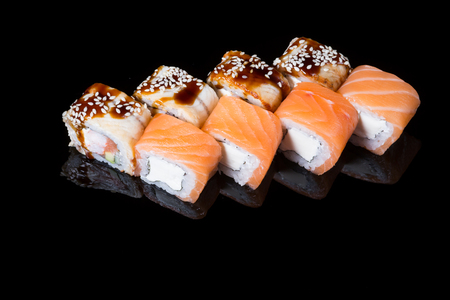 manjar: Japanese rolls on black background isolated with reflections