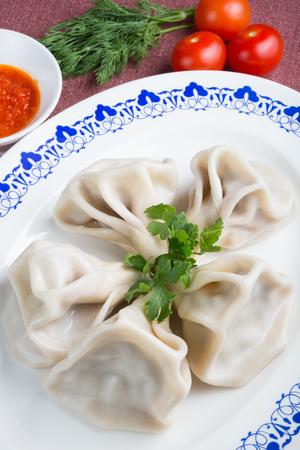 ハーブとソースで伝統的なジョージ王朝様式の hinkali 料理 写真素材