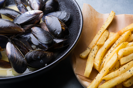 Prepared mussels bowl served with french fries Stockfoto