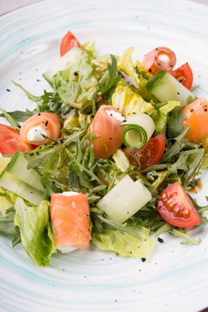 Salmon and white cheese mixed vegetable salad served with arugula Zdjęcie Seryjne