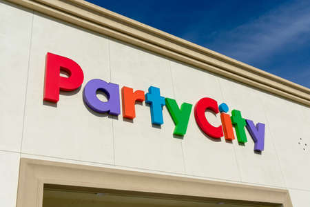 Party City sign on the retail chain store located in Cupertino Crossroads shopping center - Cupertino, California, USA - 2019 新聞圖片