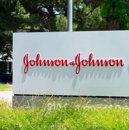 Johnson Johnson sign at multinational corporation office in Silicon Valley. Johnson Johnson is an American multinational corporation - Milpitas, CA, USA - 2020 Redactioneel