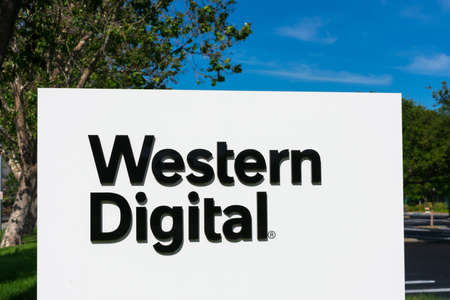 Western Digital sign at corporation headquarters in Silicon Valley, high-tech hub of San Francisco Bay Area - Milpitas, California, USA - 2020 新聞圖片