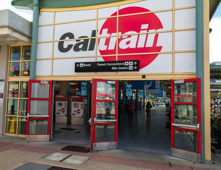Exterior view and and entrance door of San Francisco 4th and King Street terminus station of Caltrain commuter rail line in Silicon Valley - San Francisco, California, USA - 2019 Redactioneel