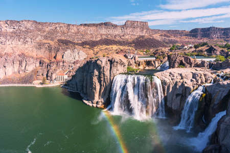 Scenic view of Shoshone Falls waterfall with rainbow on the Snake River under blue sky. Foto de archivo