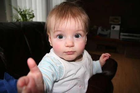 se�al de silencio: Hacer se�as a viejo beb� de ocho meses