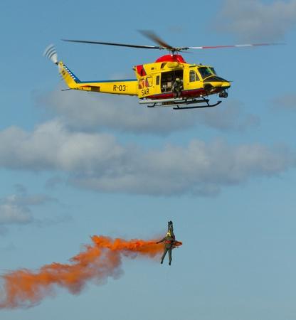 Personne étant treuillé jusqu'à un hélicoptère d'Air Sea Rescue