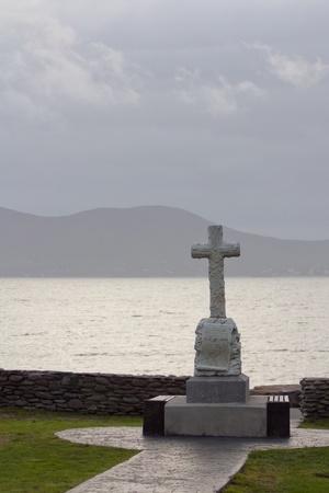 memorial cross: Una cruz celta frente a un paisaje de Irlanda