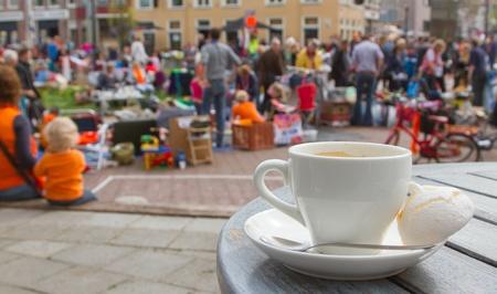 Leeuwarden, Friesland, HOLLAND-30 AVRIL: Un marché aux puces typique néerlandais lors de la Journée de la Reine le 30 Avril 2012 à Leeuwarden, en Frise, en Hollande Banque d'images