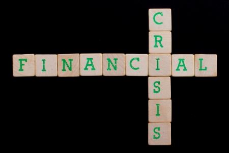 financiele crisis: Letters op oude houten blokken (financieel, crisis) Stockfoto