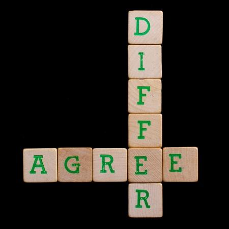 verschillen: Letters op oude houten blokken (mee eens, verschillen) Stockfoto