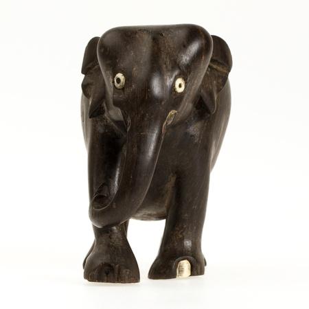 Statue d'ivoire très vieux d'un éléphant isolé sur un blanc beckground