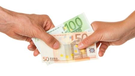 Hombre dando 150 euros a una mujer, aislado en blanco Foto de archivo