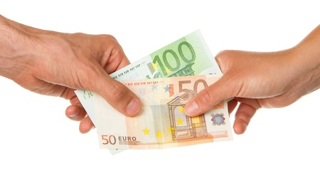 Man geeft 150 euro aan een vrouw, geïsoleerd op wit Stockfoto