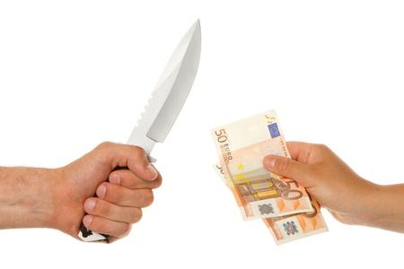 dare soldi: L'uomo con un coltello minacciando una donna a dare i soldi Archivio Fotografico