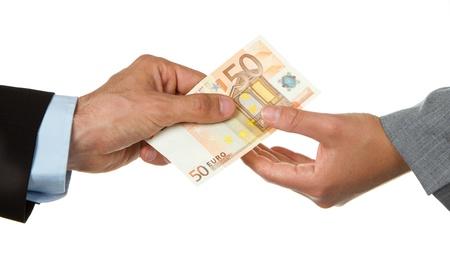 Homme donnant 50 euros à une femme (d'affaires), isolé sur blanc