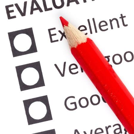 Crayon rouge sur un evaluationform, en choisissant entre excellente, très bonne et bonne