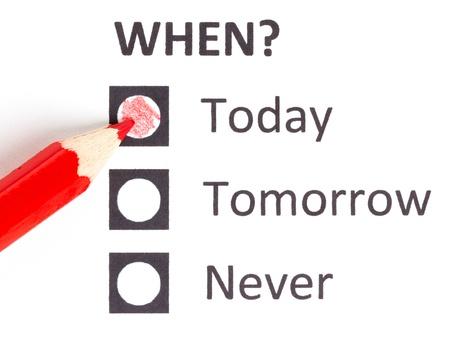 Crayon rouge en choisissant la bonne date (date limite)