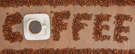 slurp: El caf� de la palabra se escribe con cientos de granos de caf� y una taza de caf�, aislado contra el fondo de madera