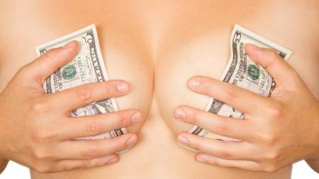 girls naked: Девушка закрыла грудь с деньгами (доллары) Фото со стока