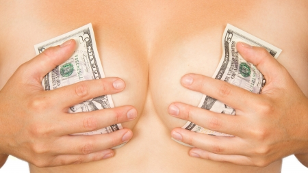 ni�a desnuda: Chica cubierto el pecho con el dinero (d�lares) Foto de archivo