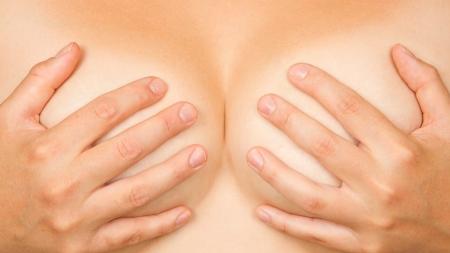 Partie supérieure du corps de la femme, les mains couvrant les seins Banque d'images