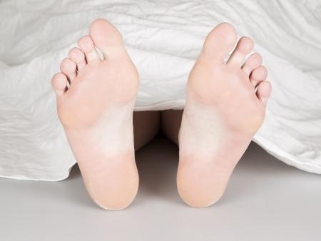 Leiche unter einem weißen Laken, Selbstmord, Mord oder natürlicher Tod Standard-Bild - 17165400