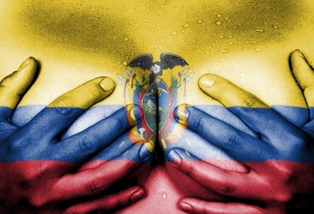corps femme nue: Sweaty partie supérieure du corps de la femme, les mains couvrant les seins, le drapeau de l'Equateur Banque d'images