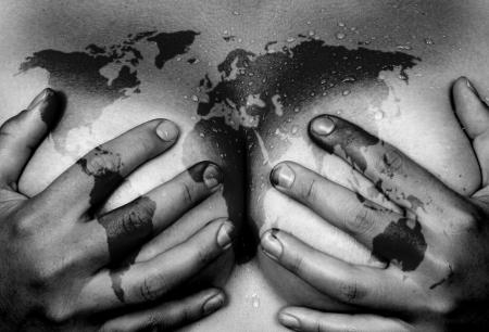 young nude girl: Sweaty oberen Teil des weiblichen Körpers, die Hände die Brüste, Weltkarte