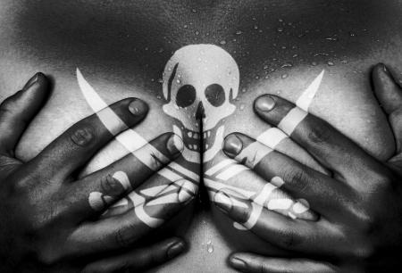 young nude girl: Sweaty oberen Teil des weiblichen Körpers, die Hände die Brüste, pirate Lizenzfreie Bilder