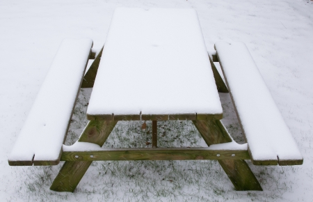 picknick: Picknick table covered in snow, winter in Holland