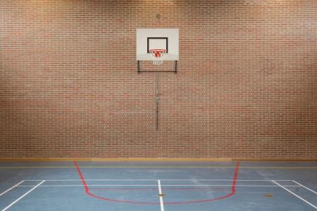 Interieur van een sportschool op school, hoog springen in de mand