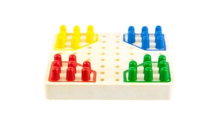 checker board: Tablero de ajedrez muy peque�o, aislado en blanco, enfoque selectivo