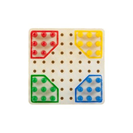 checker board: Tablero de ajedrez muy peque?o, aislado en blanco, enfoque selectivo