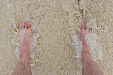 uñas pintadas: Ola Fast entra, pies parado en una playa