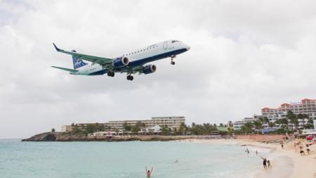 jetblue: ST MARTIN, ANTILLE - 19 luglio 2013: JetBlue � la pi� rapida crescita compagnia aerea del mondo. Embraer terre JetBlue su Juliana International Airport a Antille olandesi in 19 Luglio 2013 a St Martin. Editoriali