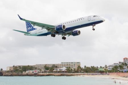jetblue: ST MARTIN, ANTILLE - 19 luglio 2013 JetBlue � la pi� rapida crescita compagnia aerea nei Embraer terre JetBlue mondiali su Juliana International Airport a Antille olandesi nel 19 luglio 2013 a St Martin Editoriali