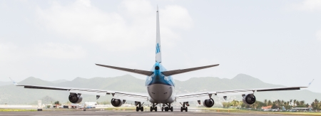 juliana: ST MARTIN, ANTILLES - JULY 19, 2013: Boeing 747 aircraft on therunway at Princess Juliana International Airport in Netherlands Antilles in July 19, 2013 in St Martin. Editorial