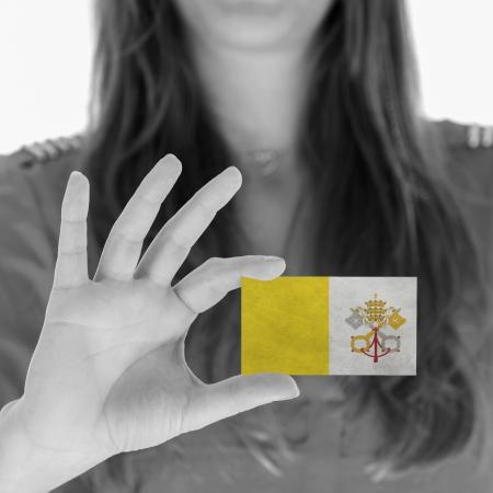 ciudad del vaticano: Mujer que muestra una tarjeta de negocios, la Ciudad del Vaticano