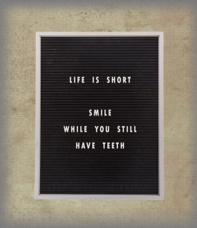 Drôle, citation inspirée de la vie sur une planche de menu très vieux, vendange, fond Banque d'images